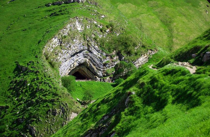 Cueva de Harpea en la Selva de Irati en Orbaizeta