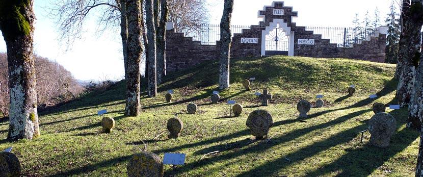 Senderismo en Aurizberri Espinal estelas funerarias cementerio