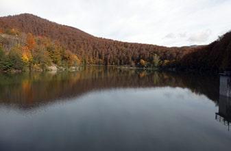 Presa de Irabia en otoño en la Selva de Irati